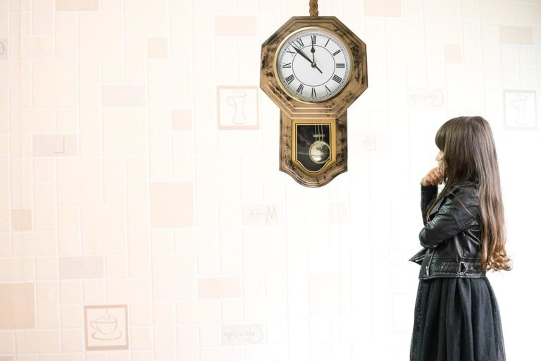 Zegar ścienny z firmowym logo – najważniejsze cechy