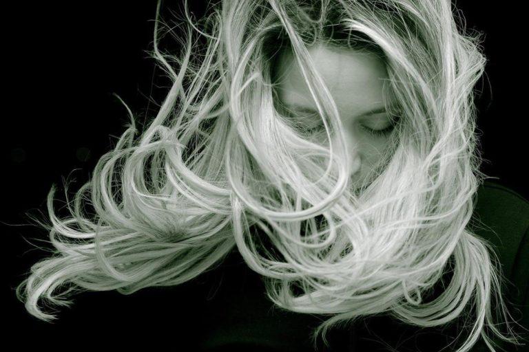 Dowiedz się, jak walczyć z wypadaniem włosów jak profesjonalista