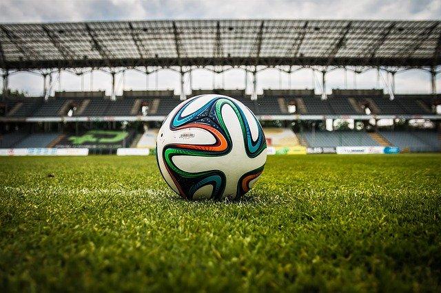 Czy chciałbyś pograć w piłkę na nowoczesnym boisku futbolowym?